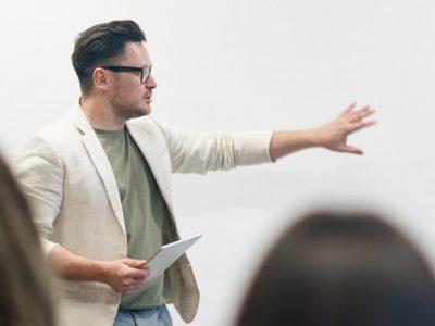 IL RUOLO DEL FORMATORE: tecniche di tenuta d'aula e normativa